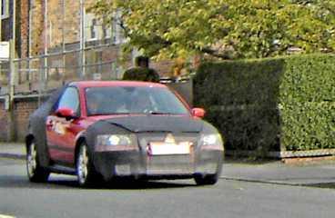 Avslöjad på testresa i England. Premiär om ett år. S40 Mini blir femsitsig på papperet men då ska baksätespassagerarna vara riktigt små.
