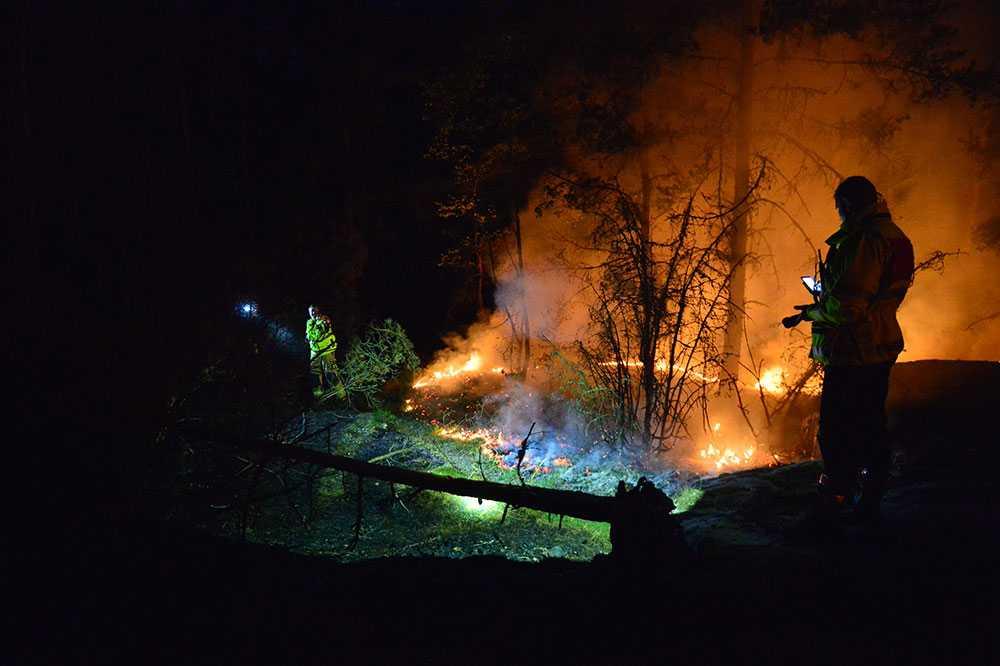 Släckning nattetid av en brand i Vrinneviskogen i Norrköpings kommun 2018.