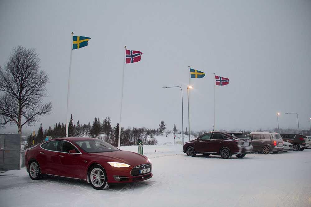 Svensk-norskt gränsland. Tesla Model S är grannlandets mest sålda bil – vilket skyndat på utbyggnaden av laddstolpar i gränstrakterna. Vi tackar!