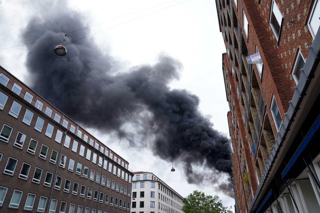 En takbrand har brutit ut i centrala Köpenhamn.