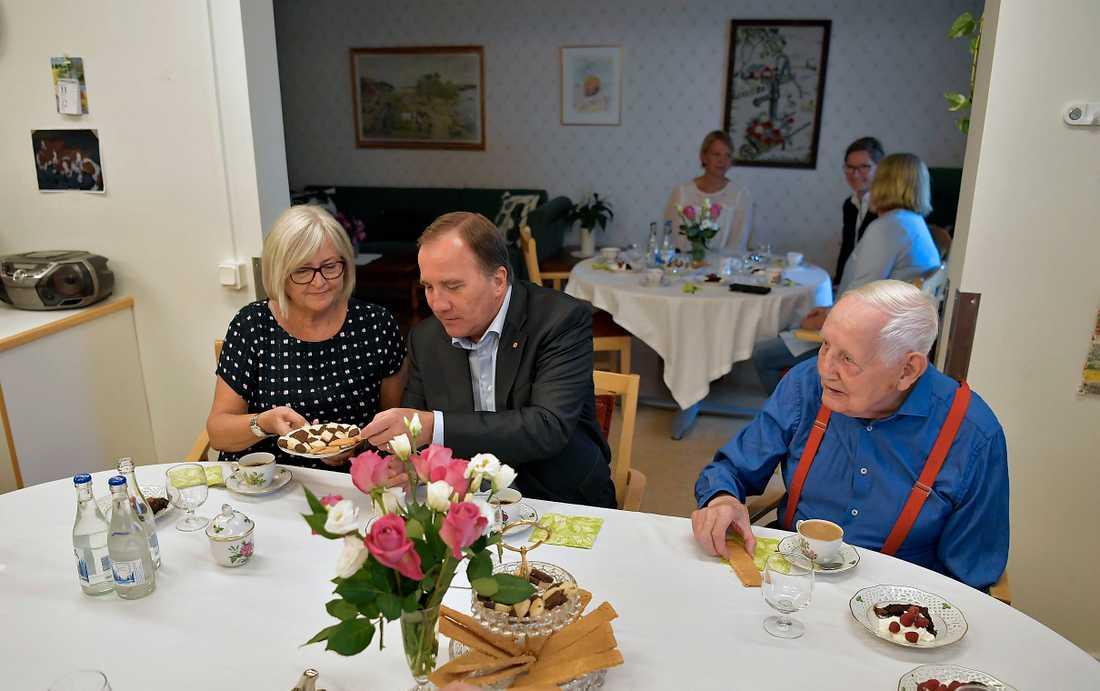 Stefan Löfven och hans fru Ulla Löfven träffar Erik Eriksson, 90 år, under besöket på Ängsgården.