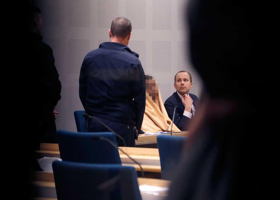 Den misstänkte unge mannen i rätten. Han troddes först vara 15 men enligt Migrationsverkets undersökning är han 18.