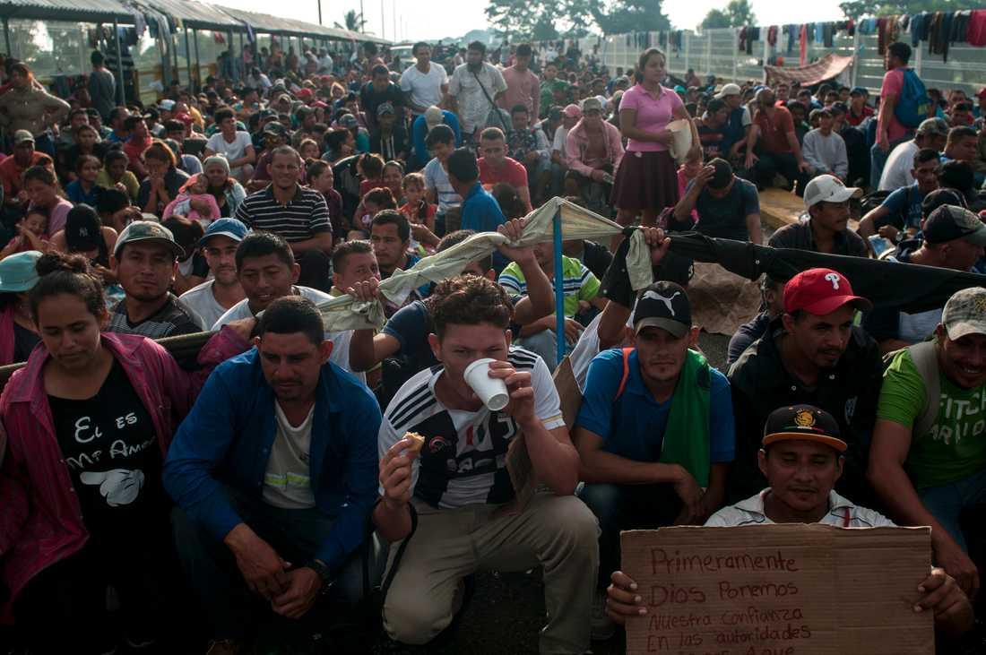Migranter på gränsbron mellan Guatemala och Mexiko. Bilden är från i söndags.
