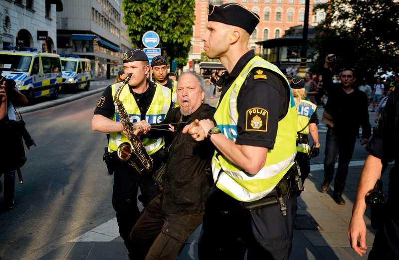 Under SD:s torgmöte i Stockholm i lördags avlägsnade polisen ett tiotal motdemonstranter från platsen. En av dem var Dror Feiler, Vänsterpartiets EU-kandidat.