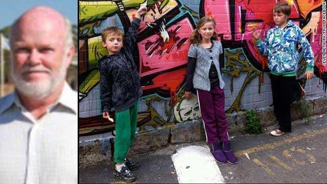 Nick Norris, 68, och barnbarnen Otis, 8, Evie, 10 och Mo, 8, Australien.  Nick Norris åkte med sin barnbarn hem till Australien så att de skulle hinna hem till skolstarten. Resten av familjen stannade kvar i Nederländerna där man varit på semester.