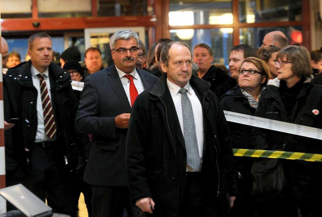 LÄMNAR SCENEN Klockan var strax efter tre i går eftermiddag då Håkan Juholt lämnade presskonferensen i köpcentrat Flanaden sedan han gett beskedet att han avgår som partiledare för Socialdemokraterna. Han satte sig direkt i en Säpobil utanför entrén och åkte hem till sitt radhusområde utanför Oskarshamn.