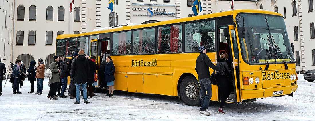 """När organisationen Allt åt alla arrangerade en guidad bussresa till det rika Saltsjöbaden, """"överklassafari"""", var det många som blev provocerade. Foto: TT/ANDERS WIKLUND"""