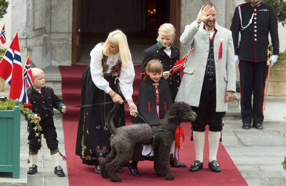 Hela familjen Kronprins Haakon, kronprinsessan Mette-Marit, prinsessan Ingrid Alexandra, prins Sverre Magnus och Mette-Marits son Marius Borg Høiby var alla på plats.