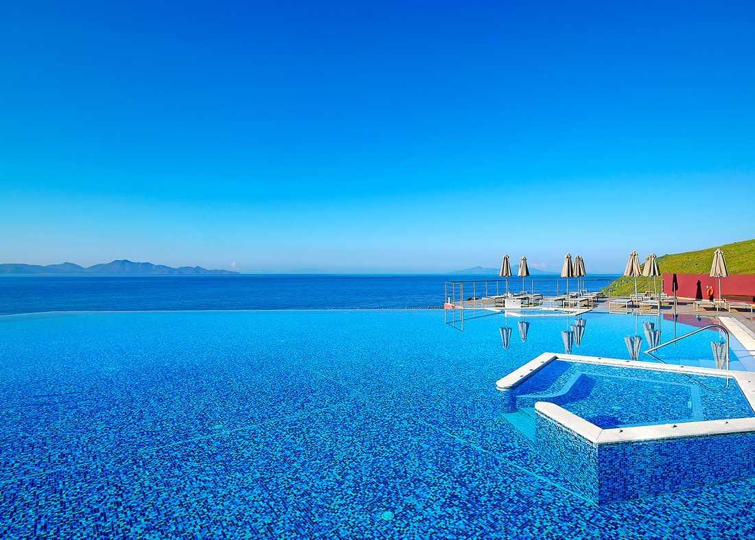 MICHELANGELO RESORT, KOS, GREKLAND Den 165 meter långa oändlighetspoolen ut mot Medelhavet är den här femstjärniga anläggningens stolthet. Hotellet har också en egen liten strand. Mer info: www.michelangelo.gr