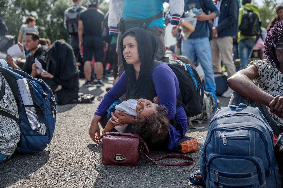 Trött och förtvivlade väntar tusentals flyktingar på besked vart de ska ta vägen.