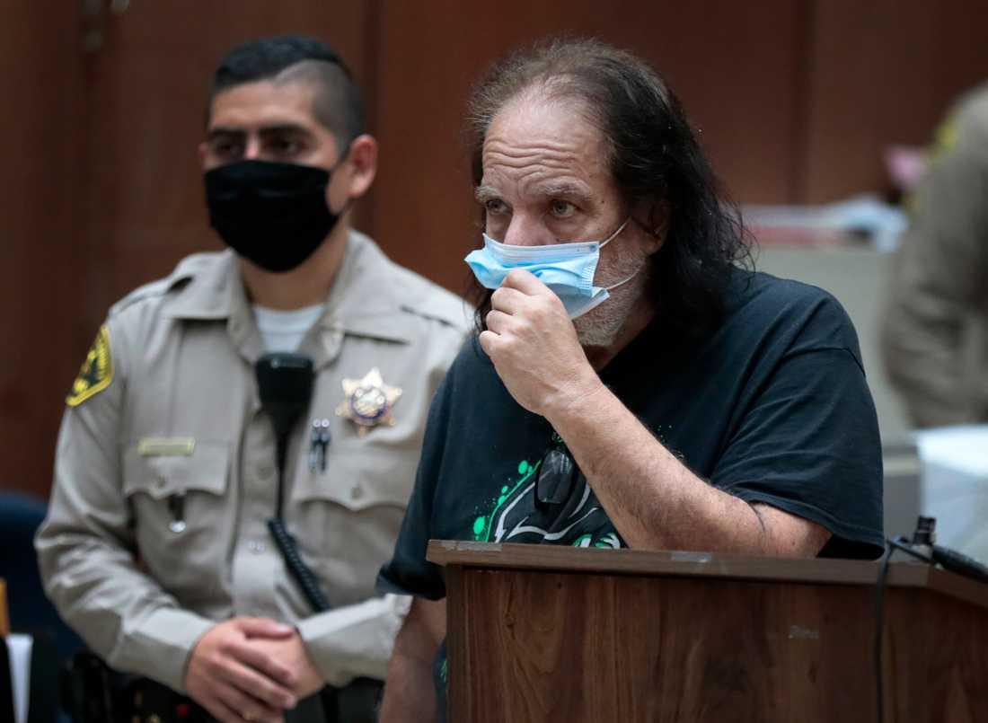 Ron Jeremy åtalas för bland annat våldtäkt meddelar åklagare i Los Angeles.
