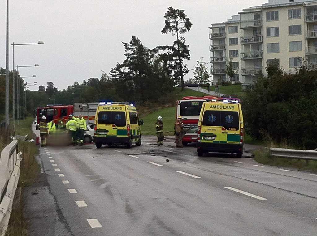 En bil krockade i med en buss i Åkersberga.