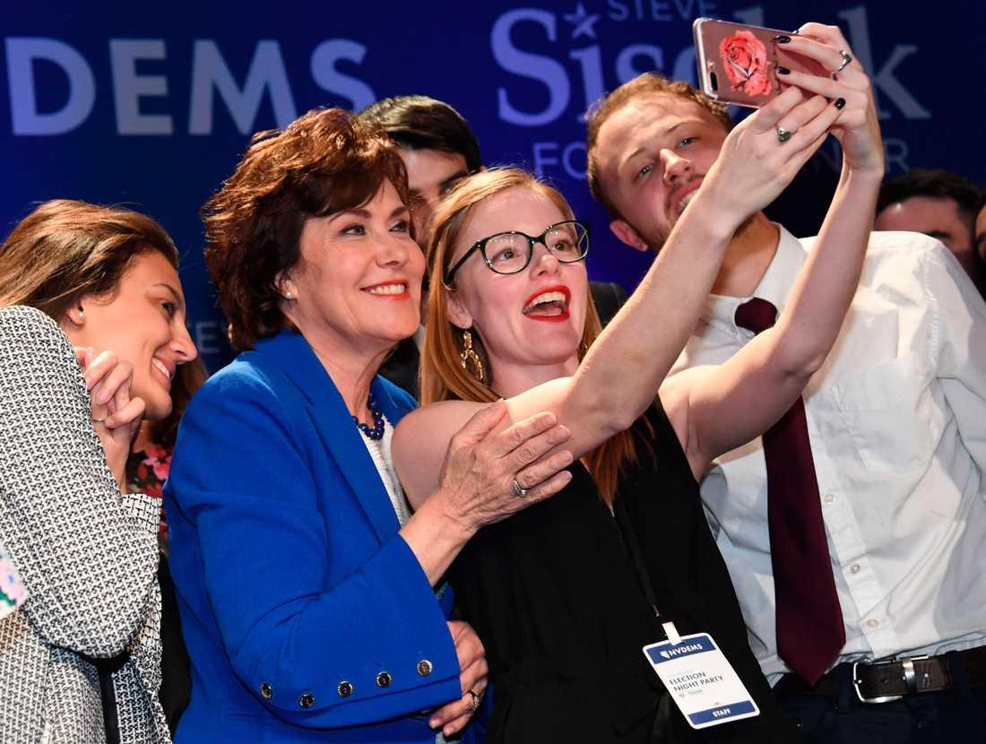 Firande på valvaka. Demokraten Jacky Rosen får representera Nevada i senaten.