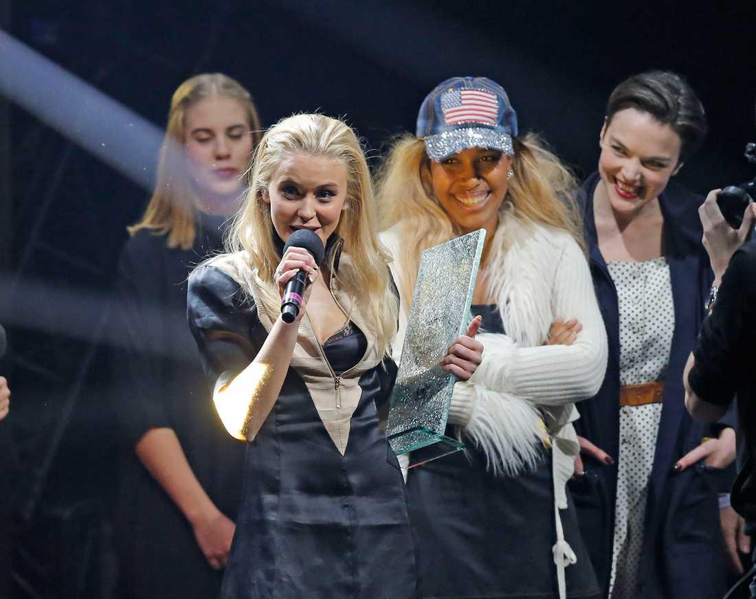 Zara passade på att tacka låtskrivarna på scenen.