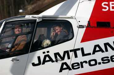 ÅKTE HELIKOPTER I en specialchartrad helikopter åkte de nygifta till Renfjället för att ta bröllopsbilder.