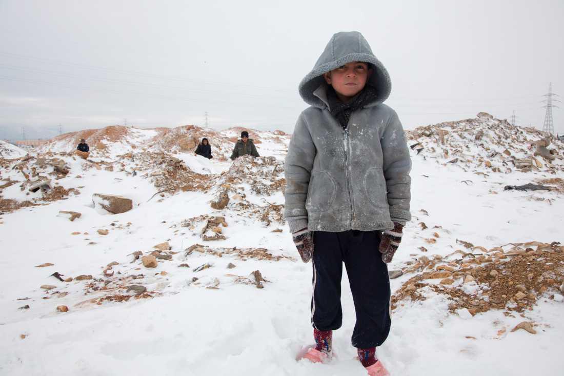 Barn som niåriga Neyman riskerar hälsan när de tvingas vada i snö klädda i sommarskor.