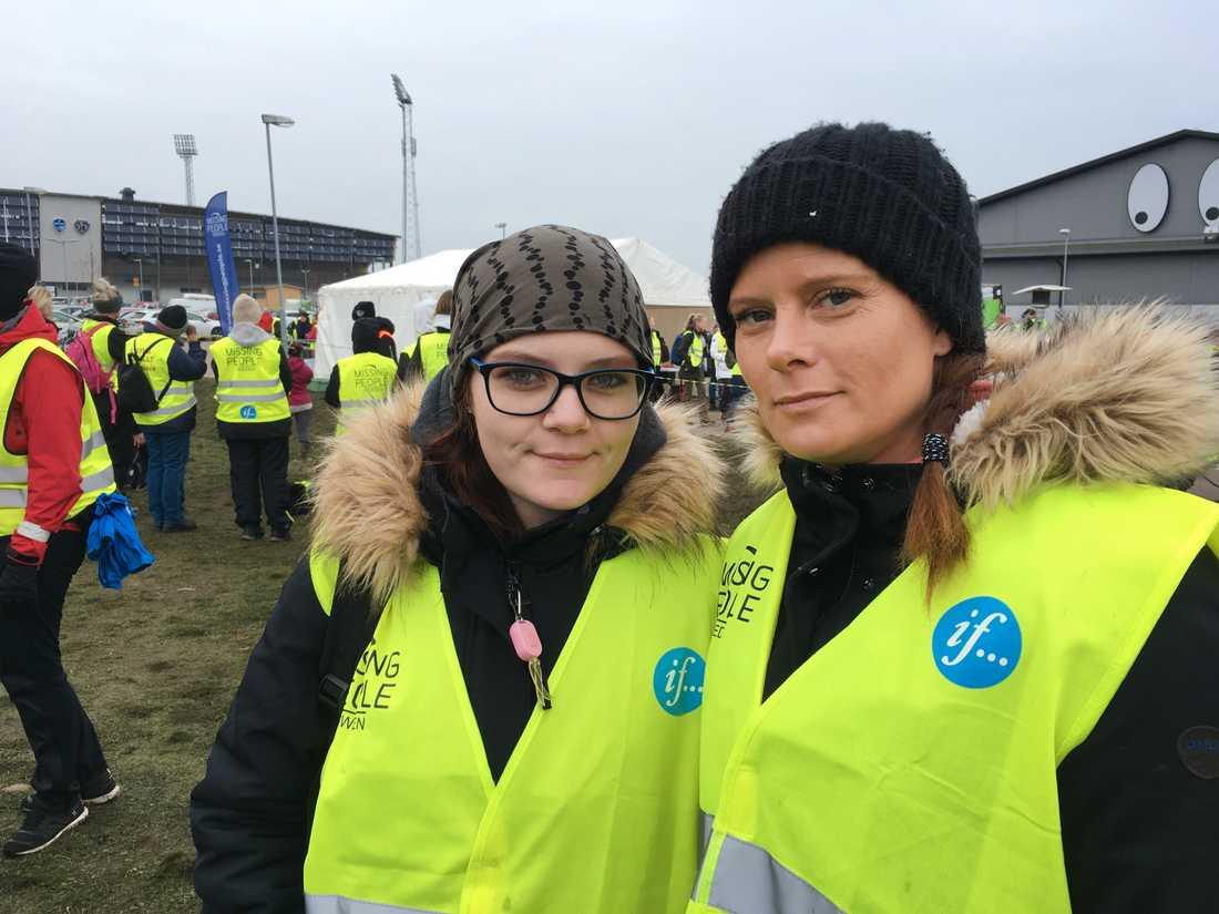 Linda Lindeblad (till höger) med dottern Mariette har åkt från Bjuv i Skåne för att delta i sökandet efter den försvunne pojken.