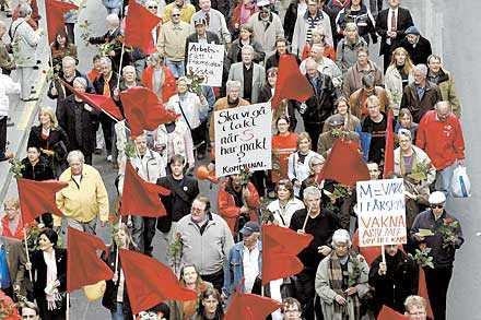 häng med i tåget Arbetarrörelsens paroll manar till fortsatt kamp – för och av alla. Bilden är ett montage.