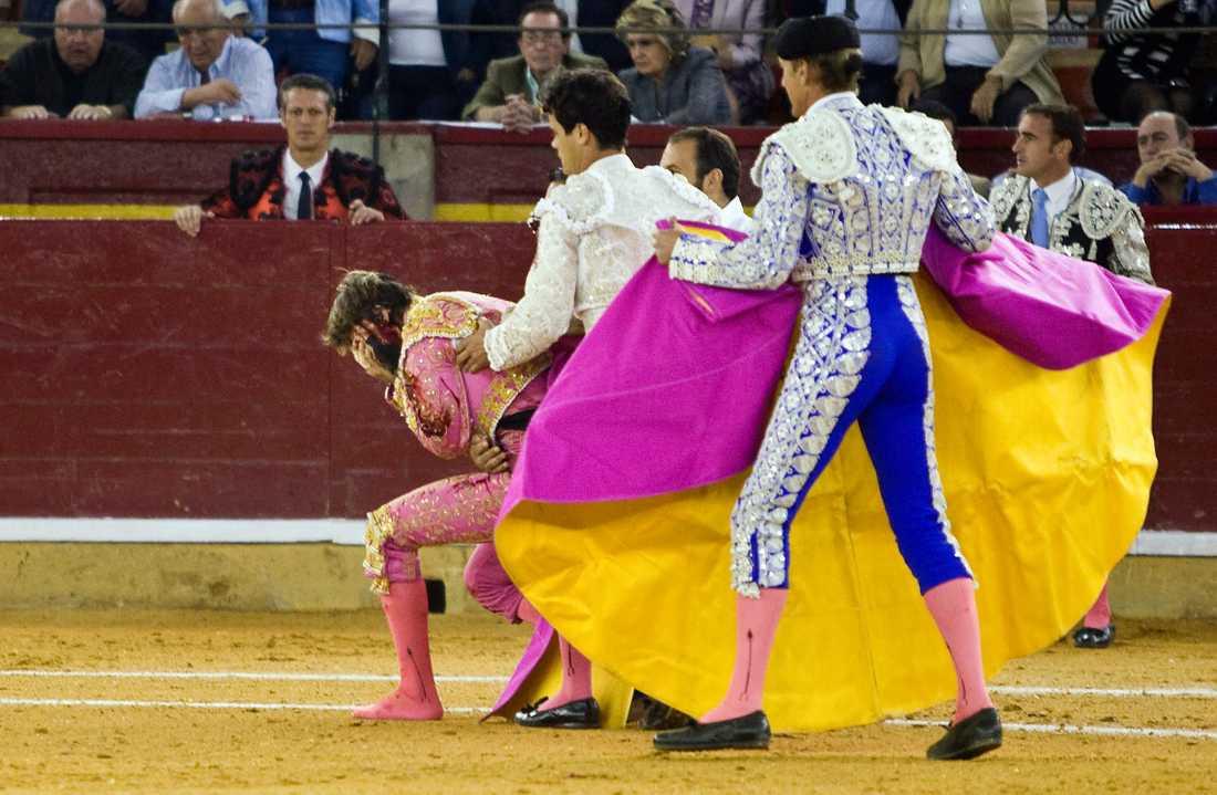 Juan Jose Padilla hjälps av arenan – med blodet forsande från ansiktet.