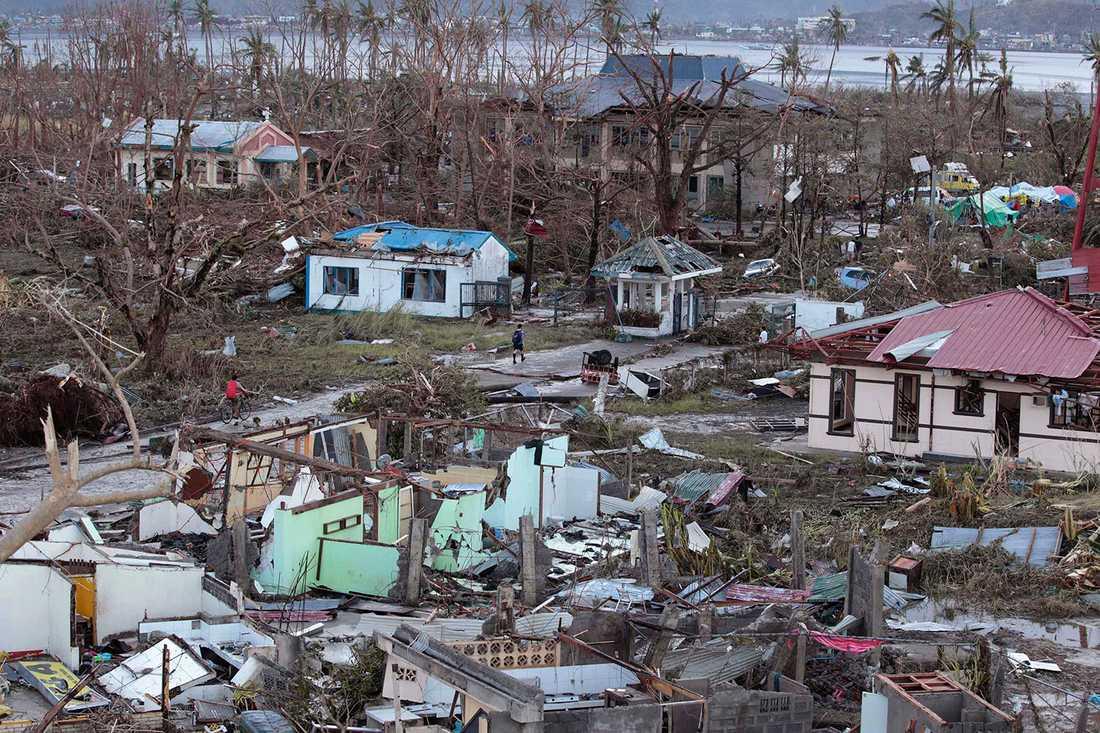 Förödelsen är total i Tacloban city. Hittills har 1200 rapporterats men siffran befaras stiga.