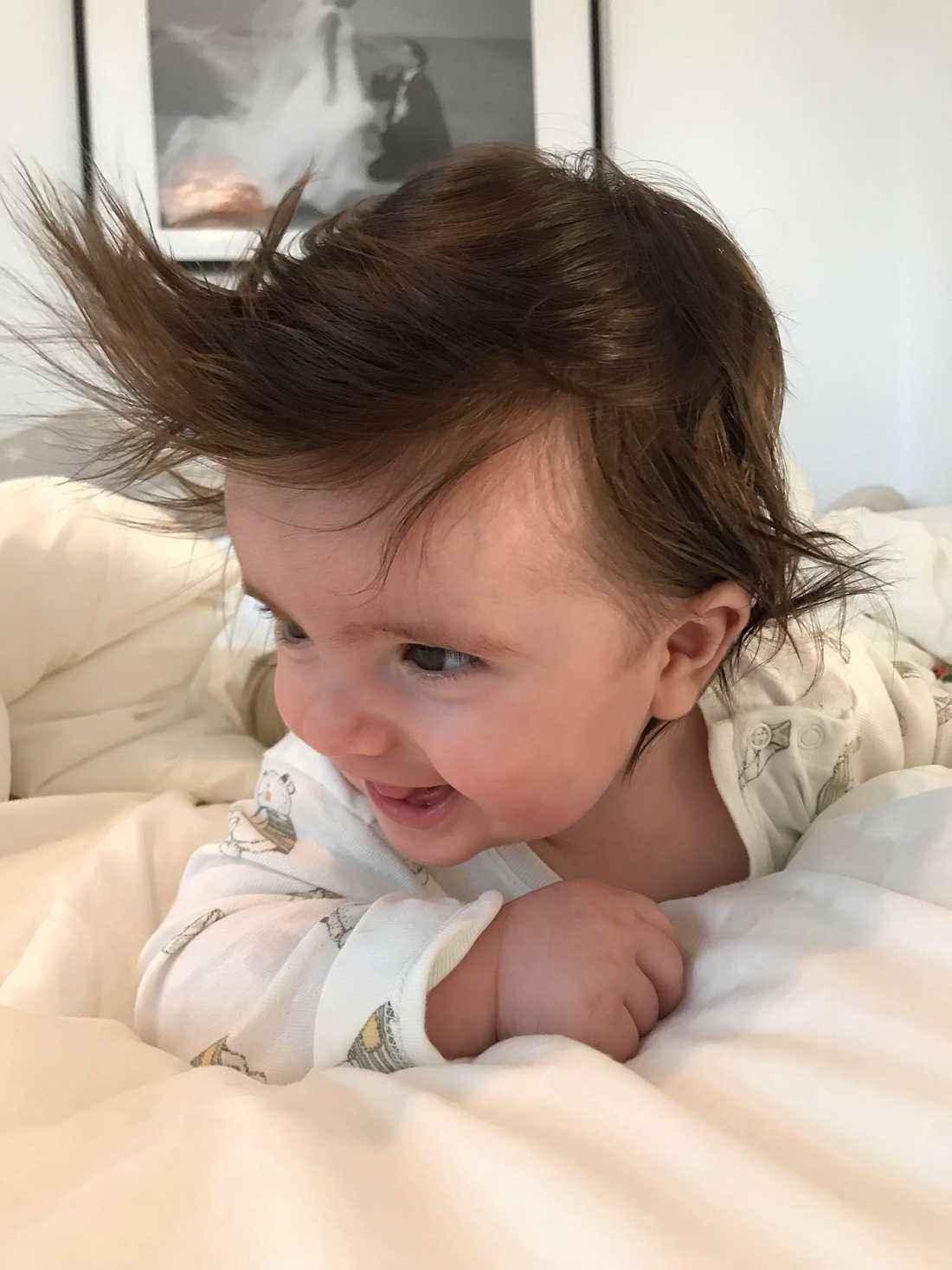 """""""Här är Sveriges hårigaste bebis Mario 5 månader"""", säger Emilija Paravlic och Mario Paravlic från Göteborg. I dag är Mario 1,5 år, har en lillebror som heter Darian som också har en kalufs."""