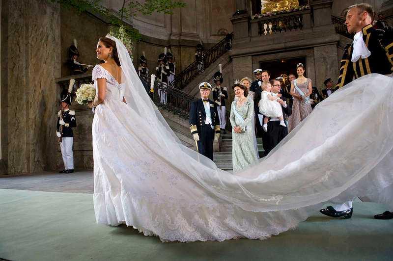 8 JUNI, STOCKHOLM Prinsessan Madeleine gör entré i Slottskyrkan framför resten av kungafamiljen. 600 gäster är inbjudna och strax efter klockan 16 är Madeleine och Chris O' Niell lyckligt nygifta.