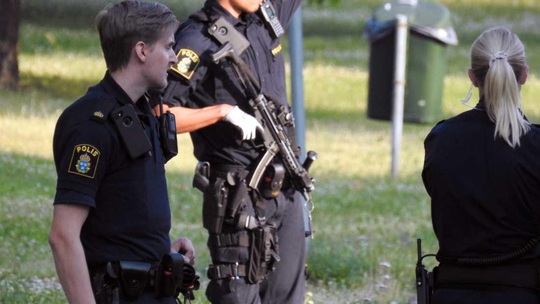 Vittnen hörde ett tiotal skott avlossas.