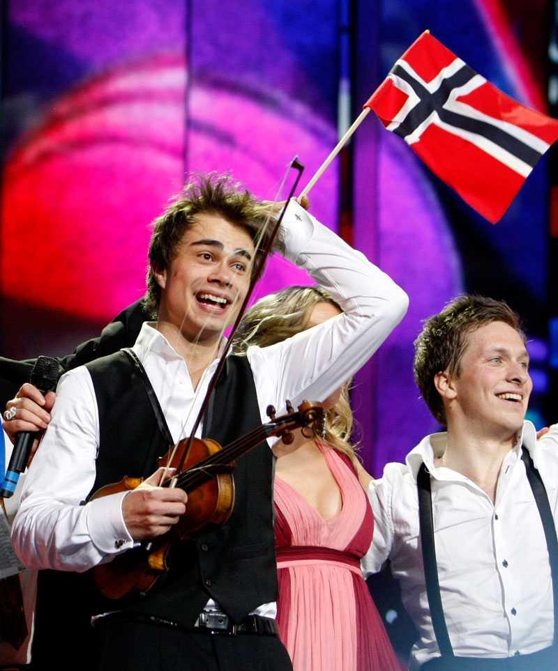 Alexander Rybak firar med norska flaggan.