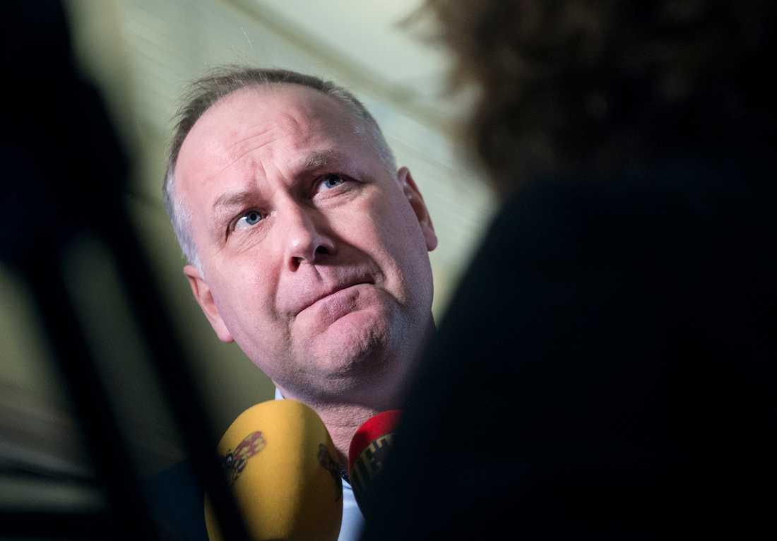 """V-ledaren Jonas Sjöstedt: """"Förvånande att miljöpartister försvarar vinstslöseriet i välfärden""""."""
