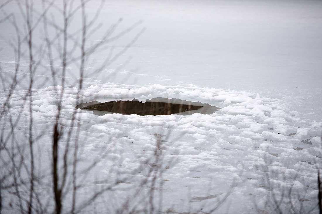 Männen dök i ett kalkbrott när de blev fast under isen.