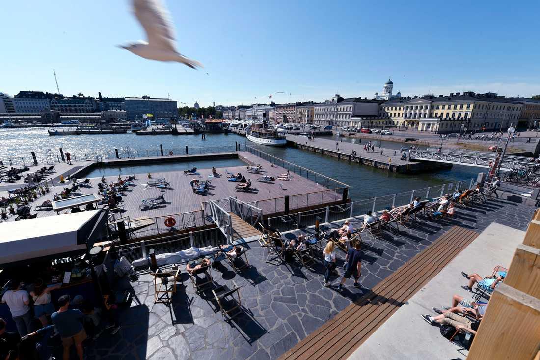 Οι άνθρωποι προσελκύονται να πάνε στη Φινλανδία.  Η εικόνα είναι ενός θαλάσσιου λουτρού στο κέντρο του Ελσίνκι.  Φωτογραφία αποθεμάτων