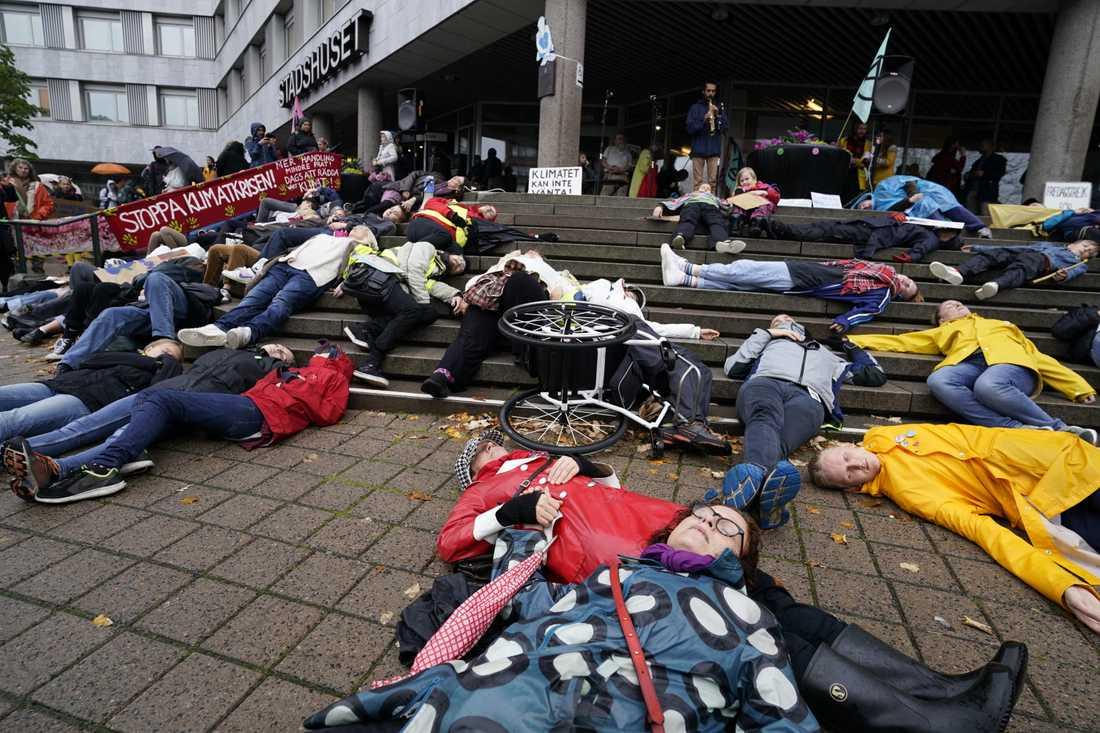 """En så kallad """"die in"""" vid klimatdemonstrationen utanför Stadshuset i Malmö."""
