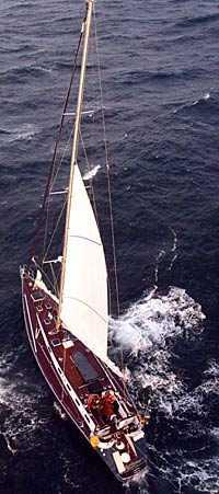 Besättningen på svenska Merengue fick räddas från hård sjö utanför Skottland.