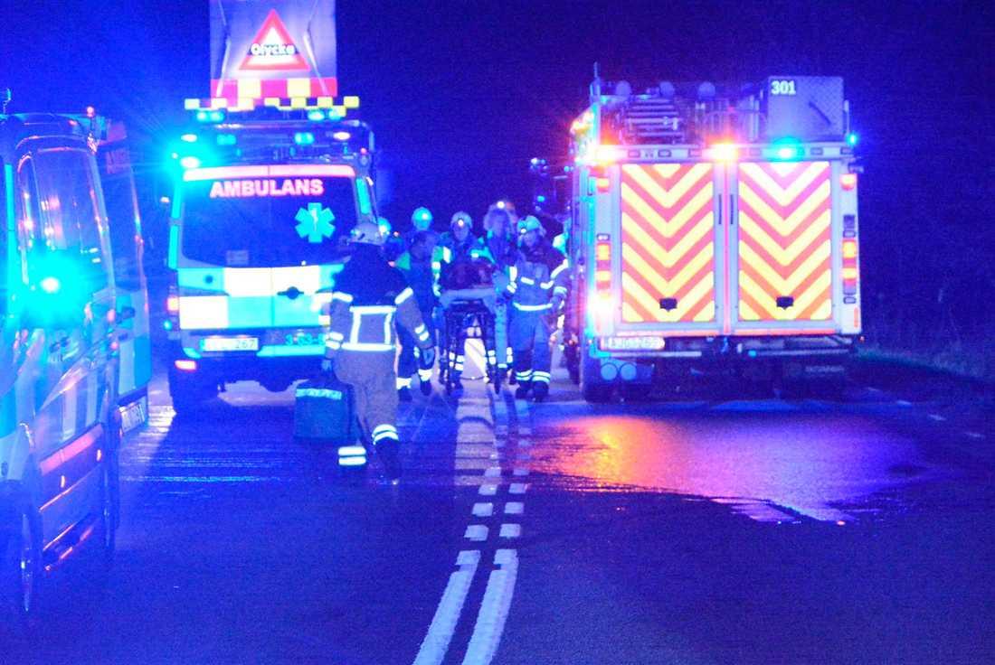 Räddningstjänsten med en av de skadade.