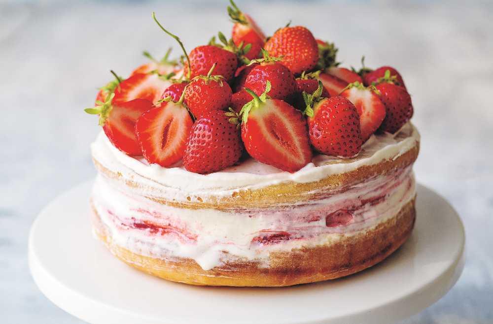 Glasstårta med jordgubbar