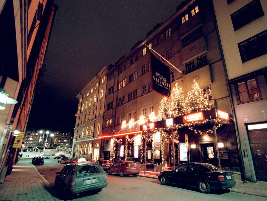 Hasse Wallman startade Wallmans salonger i Stockholm 1991. Konceptet är en restaurang där personalen kombinerar servering och artisteri.