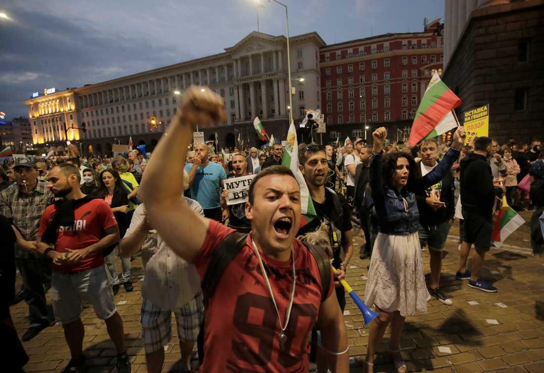 """""""Avgå!"""" ropar en demonstrant under en regeringskritisk demonstration utanför parlamentet i Bulgariens huvudstad Sofia tidigare i september."""