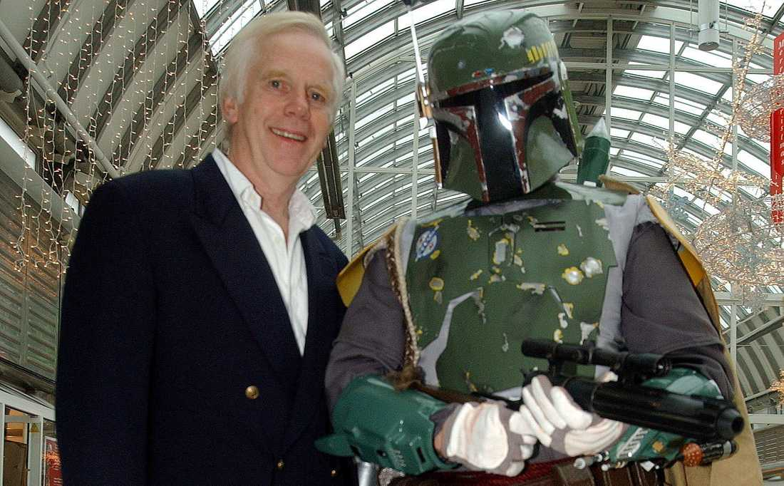 Jeremy Bulloch bredvid sin Star Wars-karaktär Boba Fett.