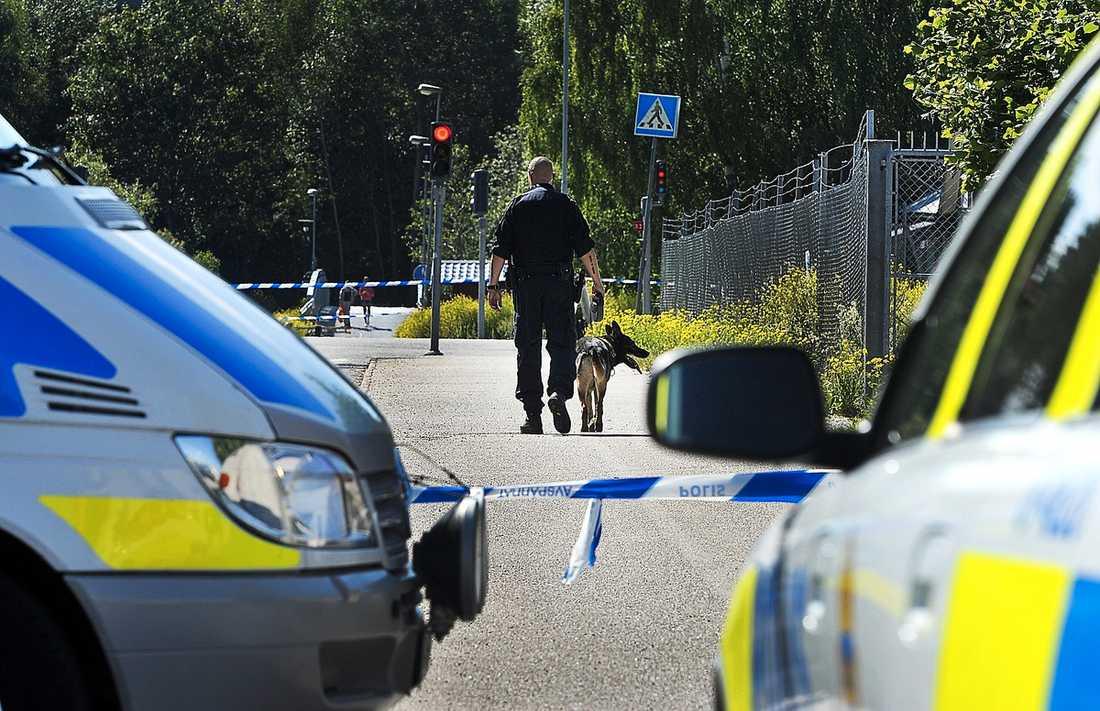 Polisen säkrade i går tekniska bevis vid mordplatsen. Jakten på vapen och mopeden gärningsmännen färdades på går vidare.