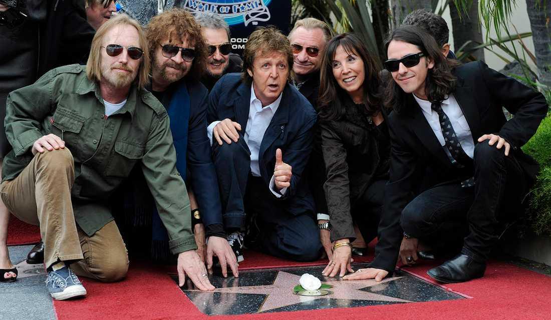 Tom Petty, Jeff Lynne, Jim Keltner, Paul McCartney och Joe Walsh tillsammans med George Harrisons änka Olivia och son Dhani, då Harrisson postumt tilldelades en stjärna på den berömda Hollywood Walk of Fame. April 2009.