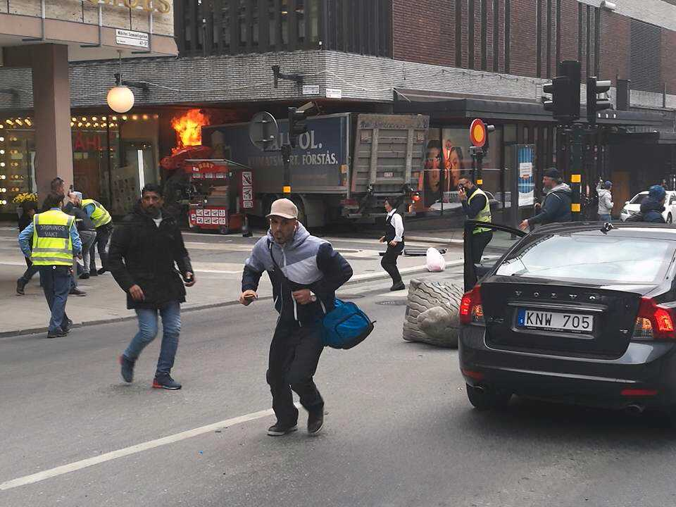 Dödsfärden tar slut när lastbilen kraschar in i varuhuset Åhléns och fattar eld. Föraren lyckades dock fly från platsen, först till fots och sedan med tåg.