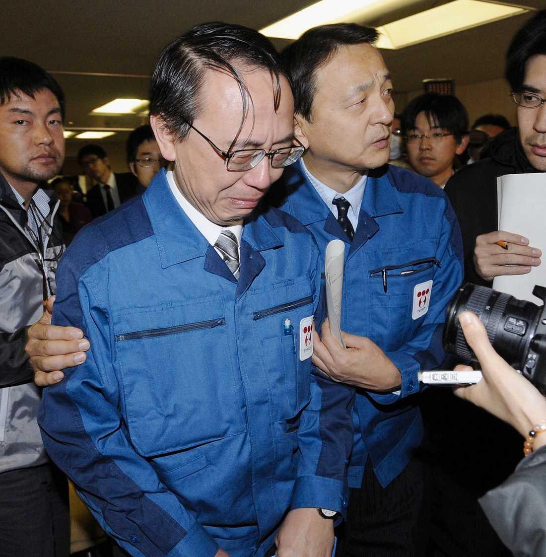 TÅRARNA FLÖDADE Akio Komiri, vd för företaget som äger kärnkraftverket i Fukushima, deltog i förra veckan vid en presskonferens. Där informerade han om det dystra läget vid kärnkraft-verket. Efteråt orkade Akio Komiri inte längre hålla emot. Gråtandes, och stödd av kollegor, lämnade han presskonferensen.