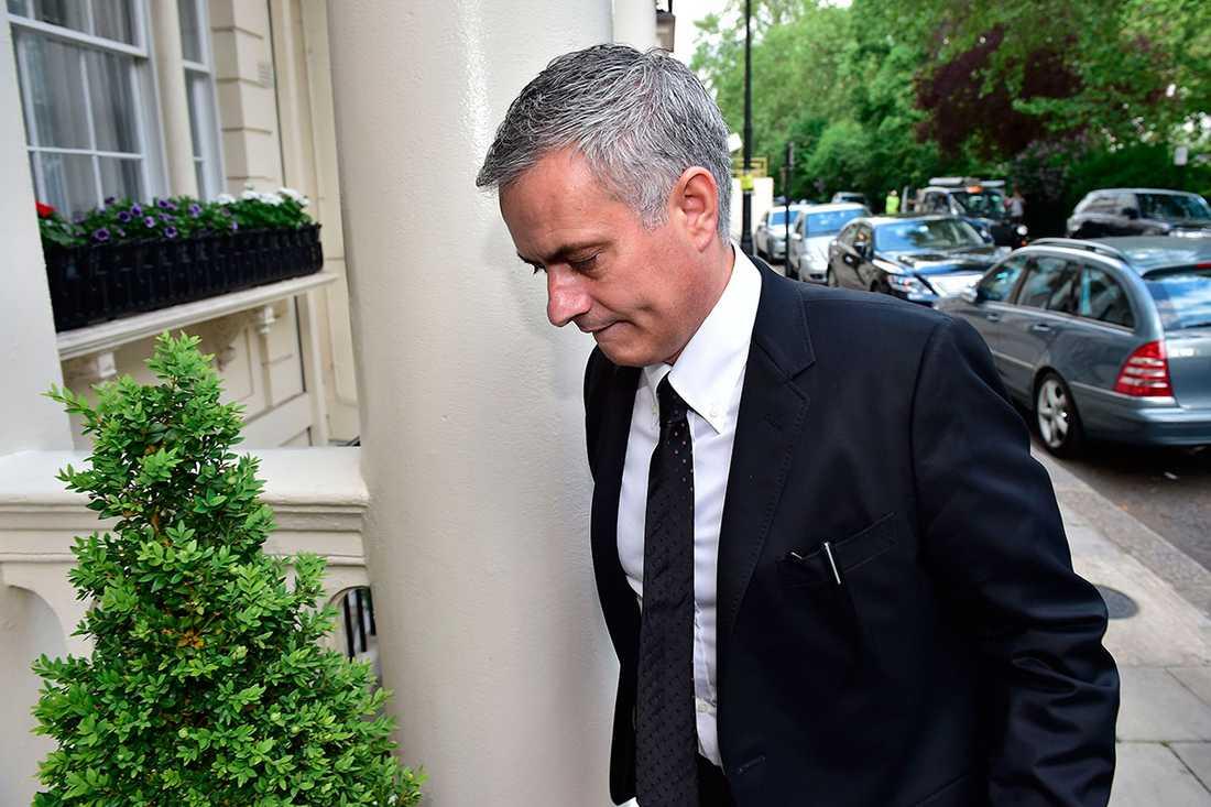 Mourinho fångades utanför sitt hem igår i London.