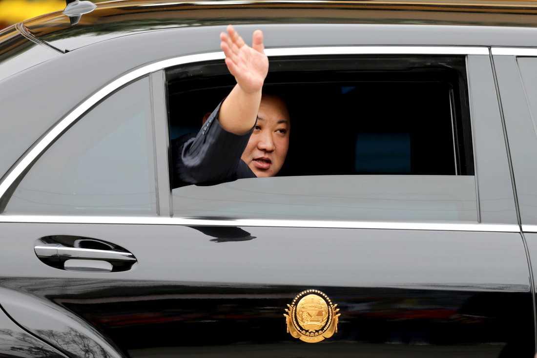 Nordkoreas ledare Kim Jong-Un vinkar från bilen vid gränsen.