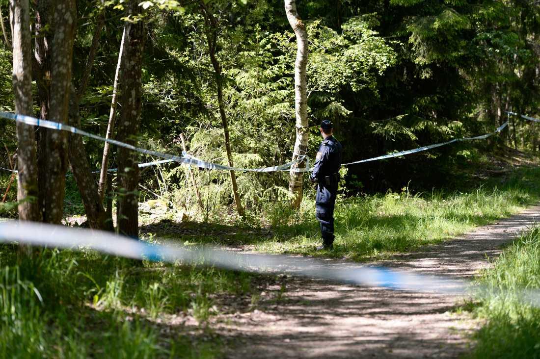 Avspärrningar i skogspartiet i Hökarängen, efter det att kvinnan hittats död där i maj 2016. Nu inleds förhandlingen i tingsrätten mot hennes make, som åtalats för mord.