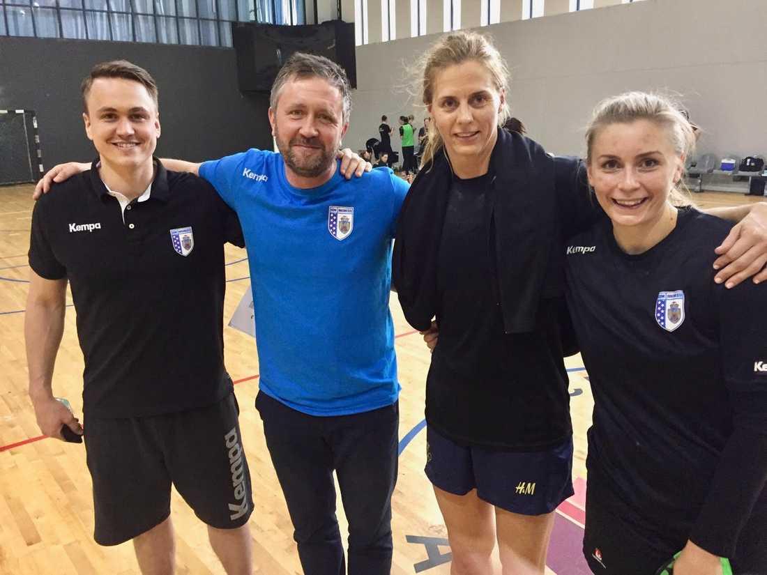 Målvaktstränaren Linus Persson, tränaren Per Johansson samt spelarna Linnea Torstensson och Isabelle Gulldén.