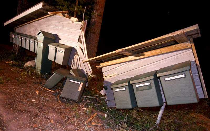 I ett bostadsområde i Hudiksvall har stormen försvårat för brevbäraren att dela ut posten.