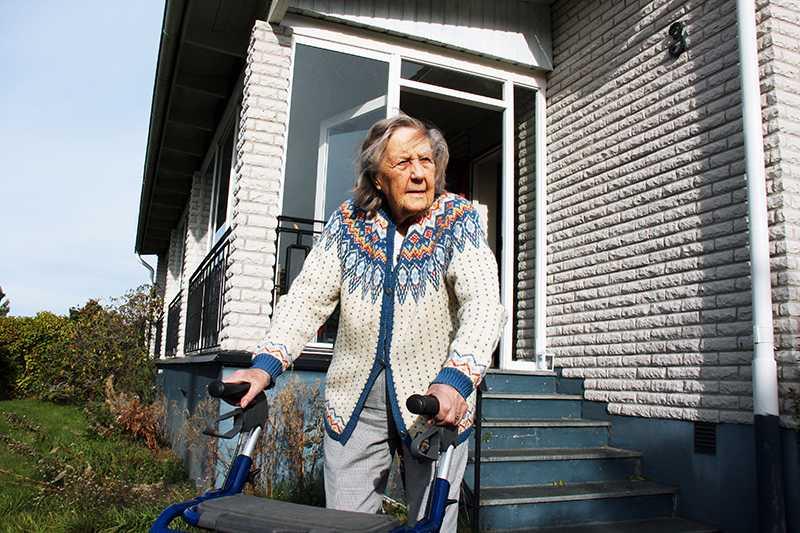Aina Nilsson utanför sitt nu sålda hus.