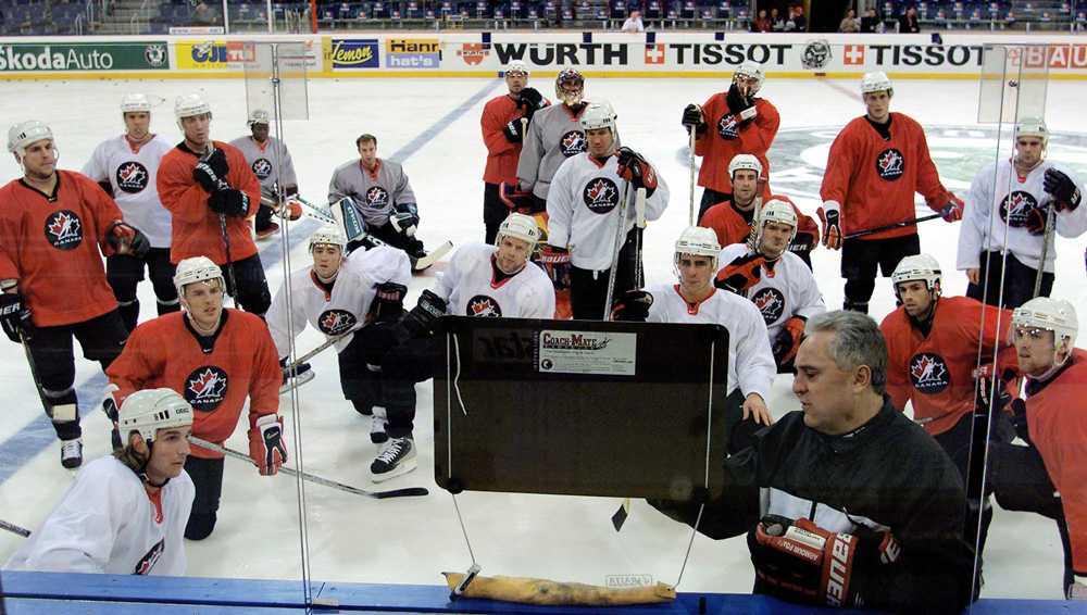 Fleming håller en taktikgenomgång med spelarna i Kanada under hockey-VM 2001.