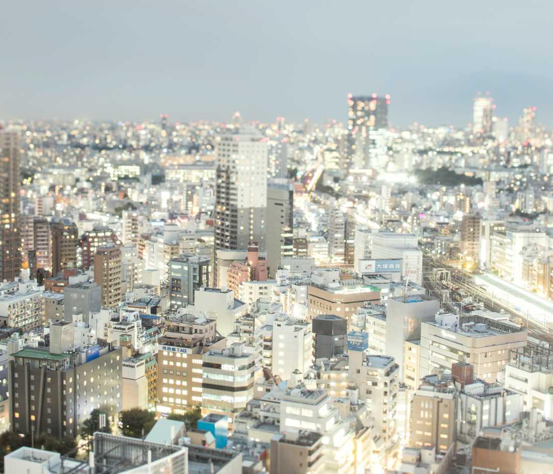 Bildreportage utland, 3-e pris: Shinjuku, Tokyo, Japan. PÅ det här kapselhotellet i Shinjuku i Tokyo bor nästan bara ensamma män. Kapslarna är små med endast ett tunt skynke i öppningen. Väggarna är fläckiga av cigarettrök och hotellet har en ton av gult och grönt från golvet och väggarna till möbler och inredning. Gästerna pratar eller interagerar inte med varandra här. Vissa gäster har bott i samma kapsel i över tio år.